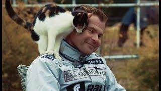 【放送事故】インタビュー中に猫が乱入するハプニング。